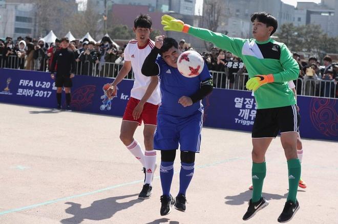 Maradona phien ban bung bia tai hien 'ban tay cua Chua' hinh anh 1