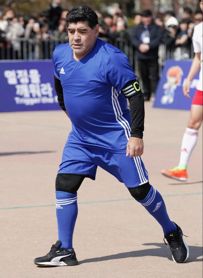 Maradona phien ban bung bia tai hien 'ban tay cua Chua' hinh anh 6