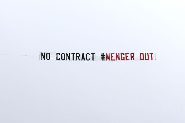 CDV Arsenal dau da lan nhau tren bau troi vi Wenger hinh anh
