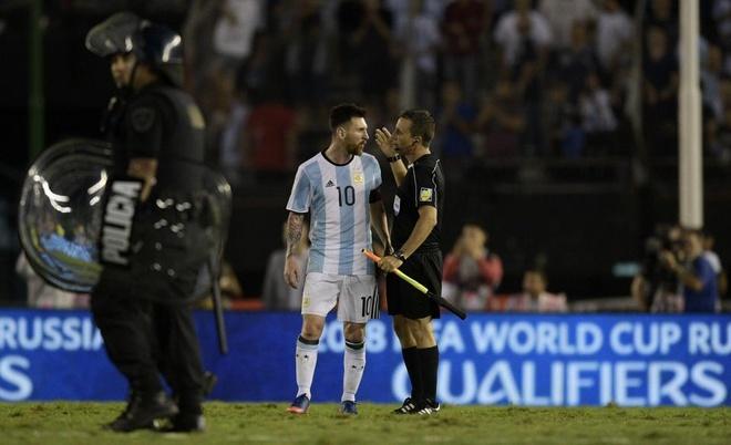 Messi chiu an phat nang vi si nhuc trong tai hinh anh 1