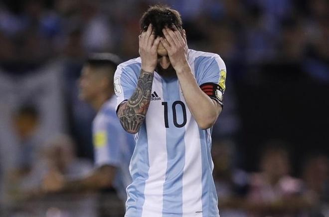 Trong tai Anh: 'An phat Messi qua nang va sai luat' hinh anh