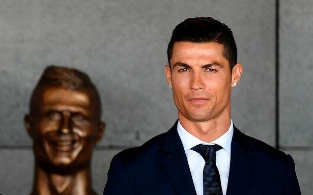 Ronaldo yeu cau sua buc tuong xau xi hinh anh