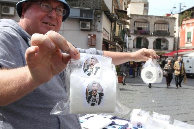 CDV Napoli ban giay ve sinh dan mat 'ke phan boi' Higuain hinh anh 1