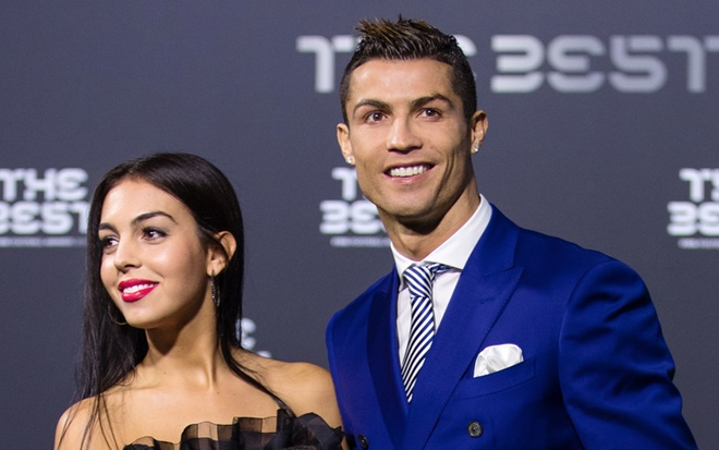 ban gai Ronaldo tap cham con sinh doi anh 1