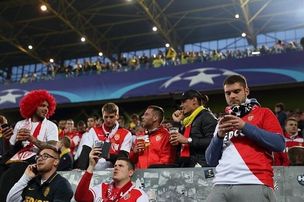 Fan Dortmund mo chien dich cho CDV Monaco ngu nho hinh anh 1