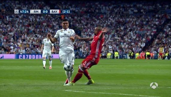 Trong tai giup Ronaldo ghi 2 ban viet vi va Casemiro thoat the do hinh anh 7