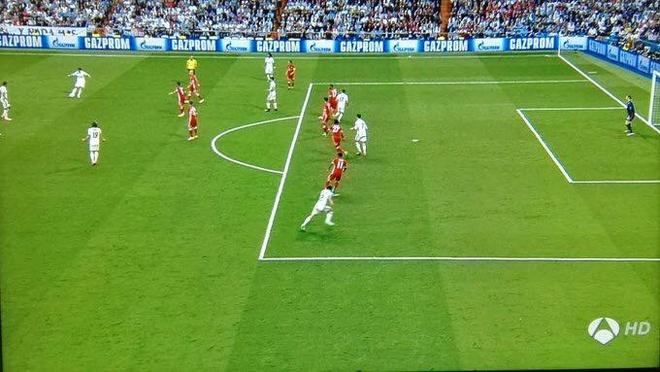 Trong tai giup Ronaldo ghi 2 ban viet vi va Casemiro thoat the do hinh anh 1