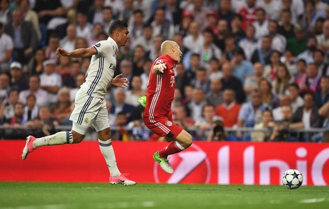 Trong tai giup Ronaldo ghi 2 ban viet vi va Casemiro thoat the do hinh anh 8