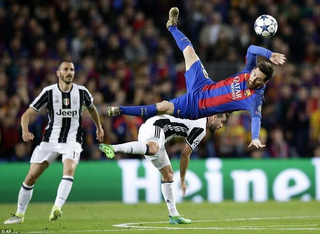 Messi nga lon co, dap mat xuong san va chay mau hinh anh 1