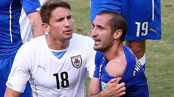 Gat het an oan, Suarez doi ao voi thac si Chiellini hinh anh 6