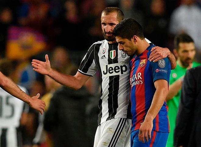 Gat het an oan, Suarez doi ao voi thac si Chiellini hinh anh 3