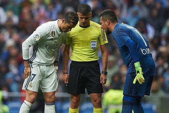 Sieu sao can penalty Diego Alves choi chieu lam CR7 da hong hinh anh 1