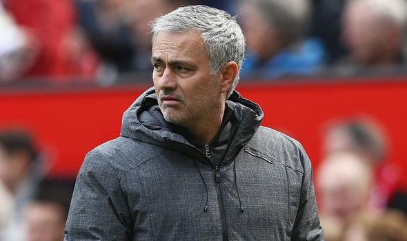 Mourinho dua ra phuong an lieu linh trong con be tac hinh anh 1