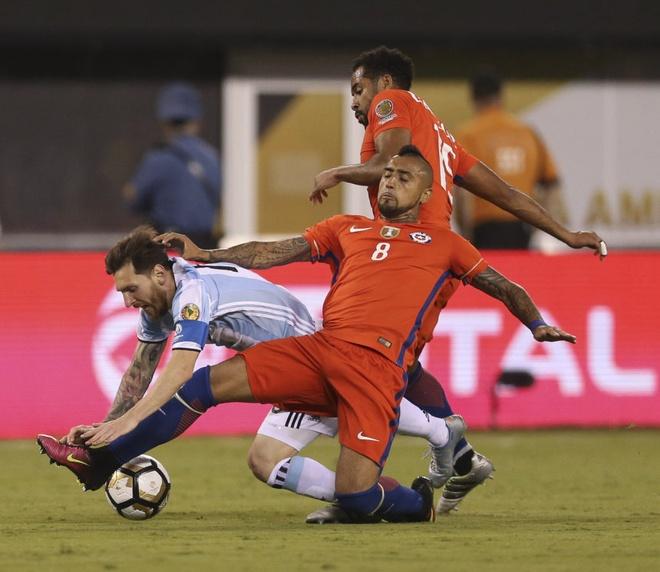 Vidal: 'Messi duoc doi xu theo luat rieng' hinh anh 1