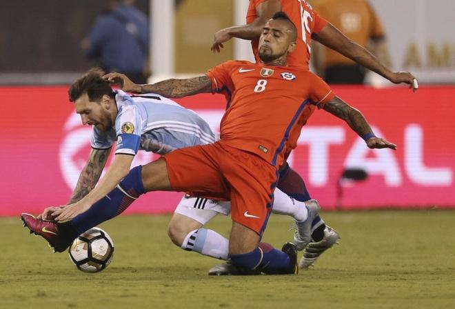 Vidal: 'Messi duoc doi xu theo luat rieng' hinh anh