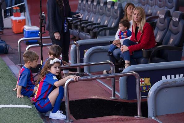 Dan tre nha Messi, Suarez thu hut moi anh mat o Nou Camp hinh anh 9