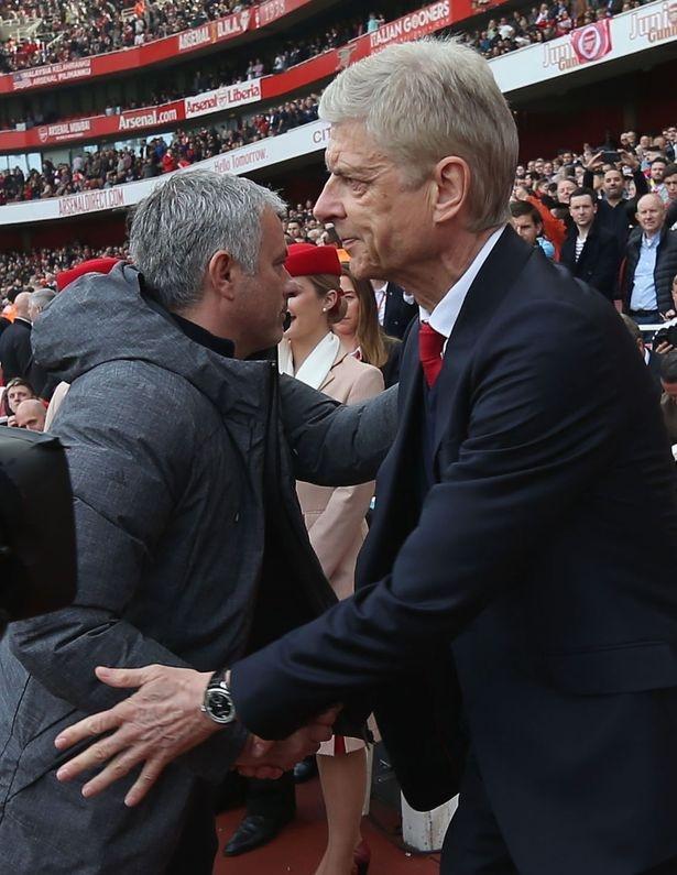 man bat tay cua Mourinho va Wenger anh 1