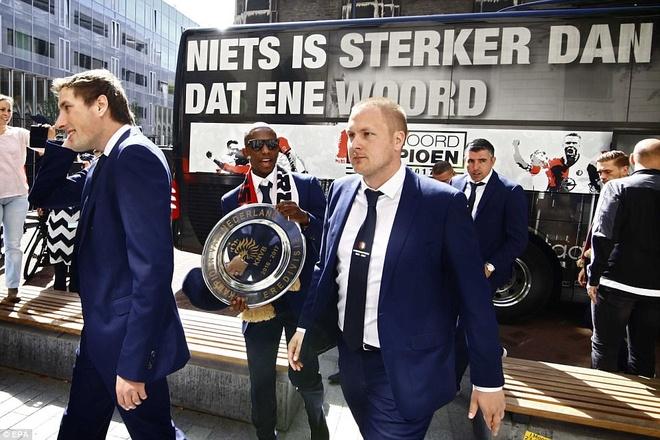 130.000 CDV Feyenoord an mung vo dich Ha Lan voi Dirk Kuyt hinh anh 4