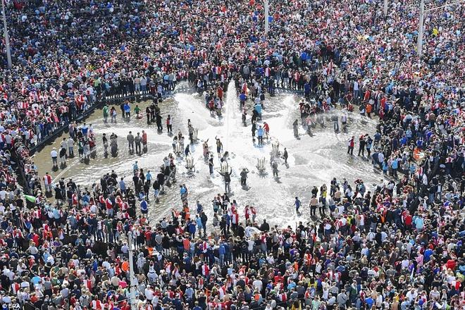 130.000 CDV Feyenoord an mung vo dich Ha Lan voi Dirk Kuyt hinh anh 2