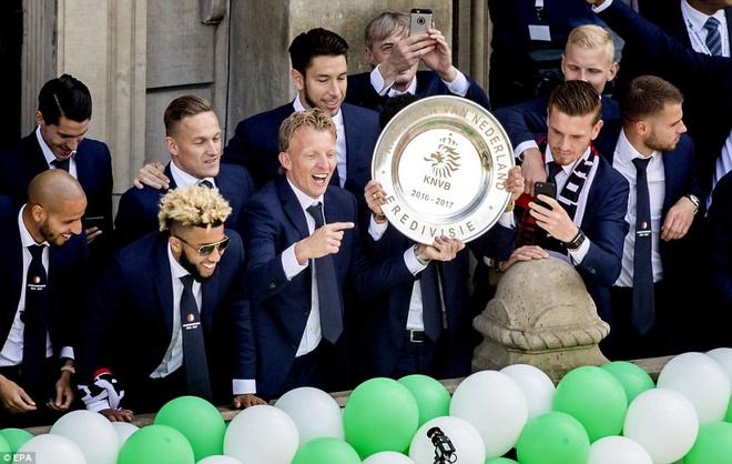 130.000 CDV Feyenoord an mung vo dich Ha Lan voi Dirk Kuyt hinh anh 6