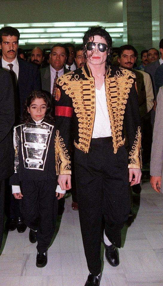 Di nhan giai, Depay an mac nhu vua nhac pop Michael Jackson hinh anh 4