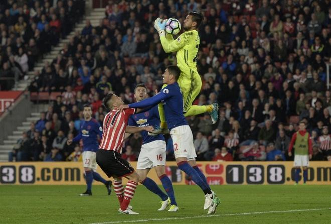 Romero bat mi bi quyet can penalty trong tran Southampton vs MU hinh anh 1