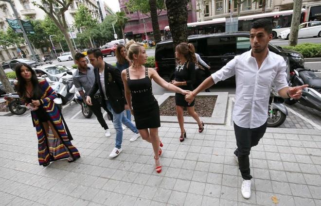 Messi va Suarez mung khai truong shop giay cua hai co vo hinh anh 6