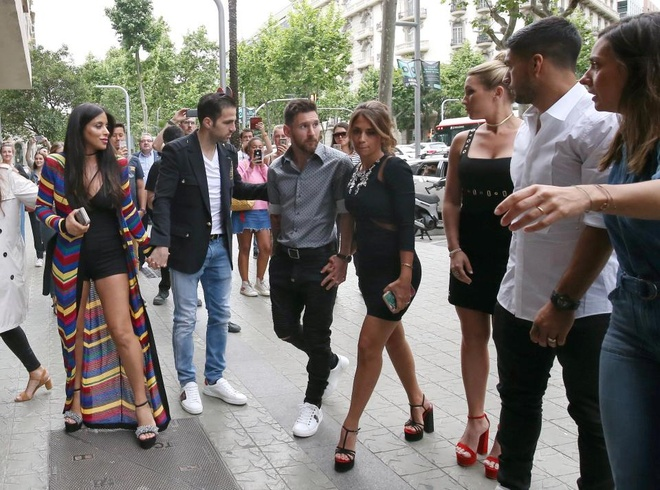Messi va Suarez mung khai truong shop giay cua hai co vo hinh anh 1