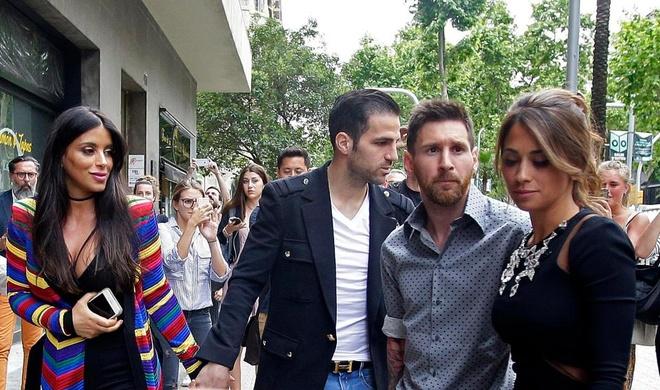 Messi va Suarez mung khai truong shop giay cua hai co vo hinh anh 7