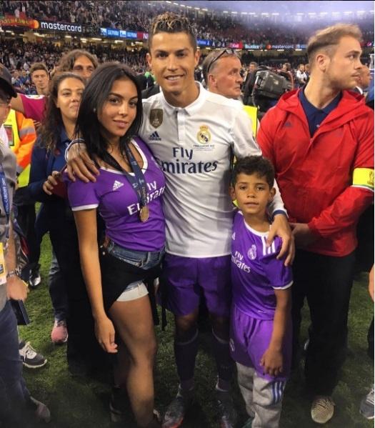 Con trai Ronaldo cat toc hui cua giong bo hinh anh 7