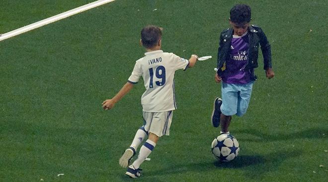 Con trai Ronaldo cat toc hui cua giong bo hinh anh 6