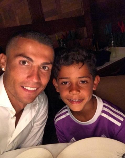 Con trai Ronaldo cat toc hui cua giong bo hinh anh 2