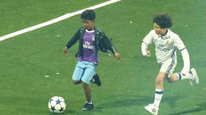 Con trai Ronaldo cat toc hui cua giong bo hinh anh 5