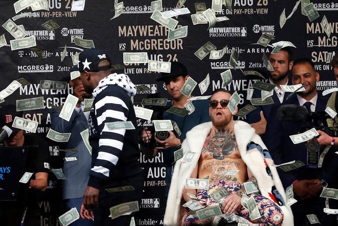 Mayweather nem tien vao nguoi McGregor o cuoc dau khau thu ba hinh anh