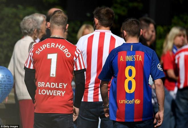 Nuoc mat tien dua nguoi hung ti hon Sunderland ve noi an nghi hinh anh 15