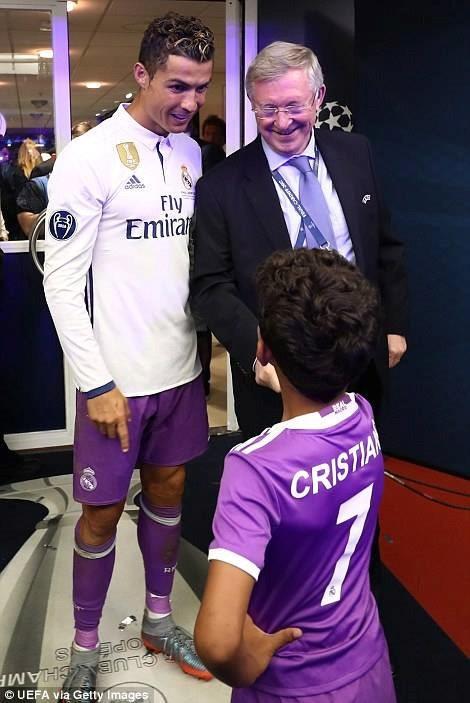 Ronaldo khoac vai Mourinho, an mung phan khich sau chuc vo dich hinh anh 3