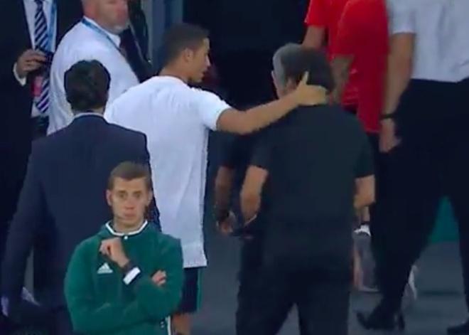 Ronaldo khoac vai Mourinho, an mung phan khich sau chuc vo dich hinh anh 2