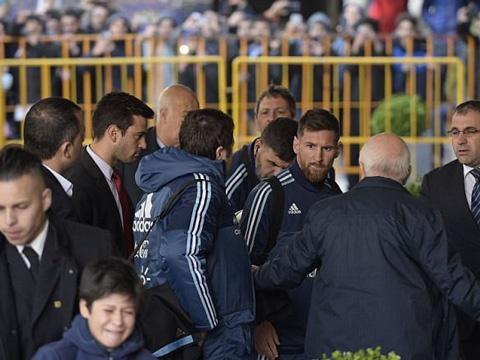 Thay fan nhi khoc nhe, Messi trao cai om an ui hinh anh