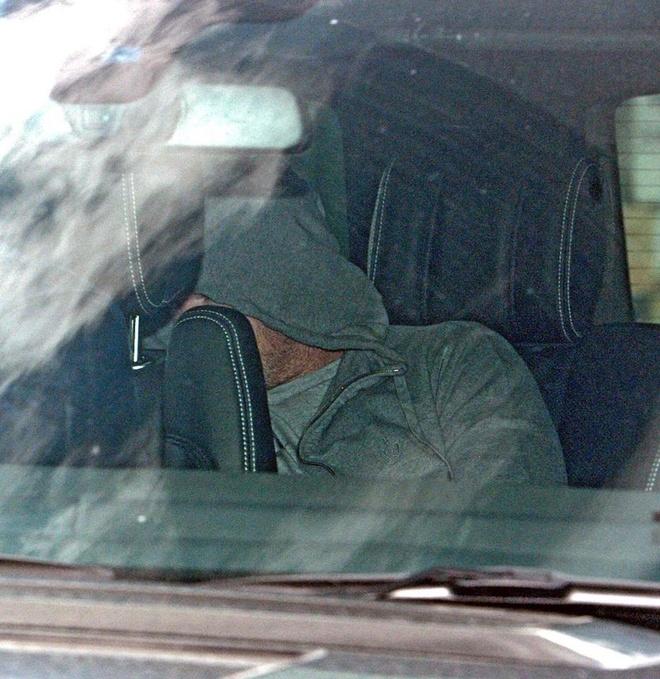 Rooney nap sau ghe xe hoi khi roi don canh sat hinh anh 2