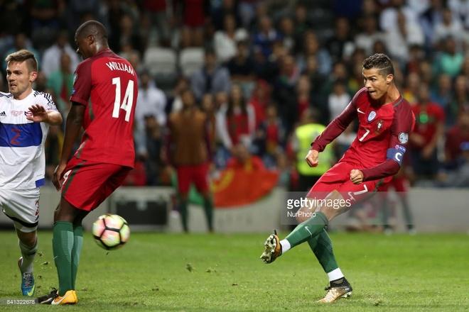 Ronaldo lap chien cong vuot mat huyen thoai Pele hinh anh 3