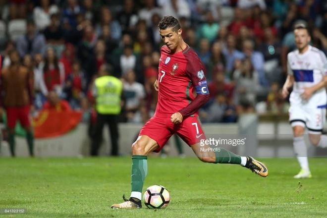 Ronaldo lap chien cong vuot mat huyen thoai Pele hinh anh 2