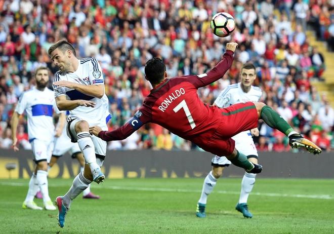 Ronaldo lap chien cong vuot mat huyen thoai Pele hinh anh 1