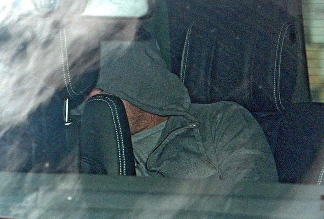 Rooney nap sau ghe xe hoi khi roi don canh sat hinh anh
