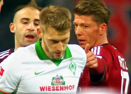 Thu quan tu choi huong penalty, duoc doi ban nga mu than phuc hinh anh 2