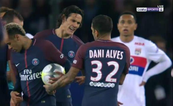 Alves bao bien hanh vi tu choi dua bong cho Cavani hinh anh