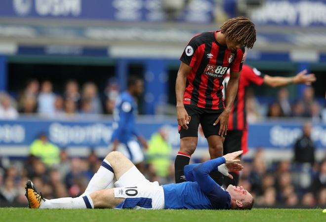 Rooney chay mau mat dam dia sau pha thuc cui cho cua doi thu hinh anh 1