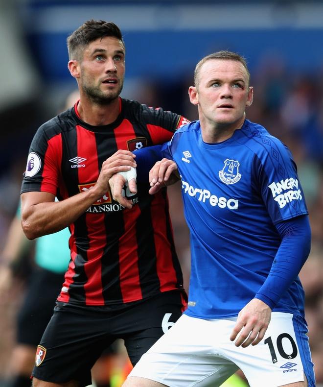 Rooney chay mau mat dam dia sau pha thuc cui cho cua doi thu hinh anh 9