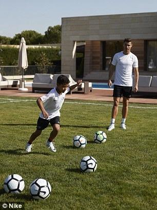 Ronaldo gui QBV di dau gia vi muc dich cao ca hinh anh 11
