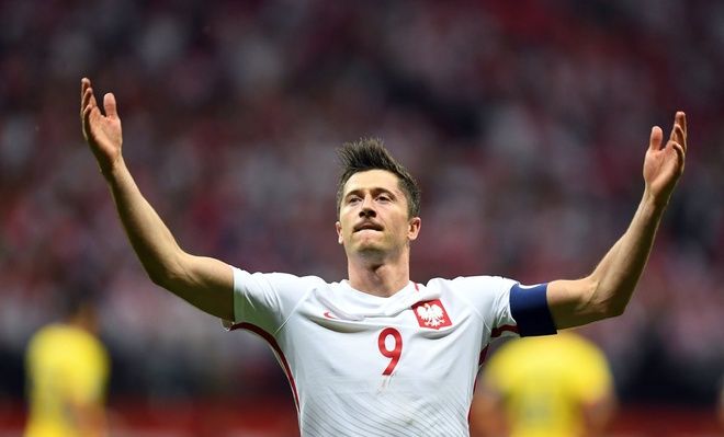 Lewandowski pha ky luc cua Ronaldo o vong loai World Cup hinh anh