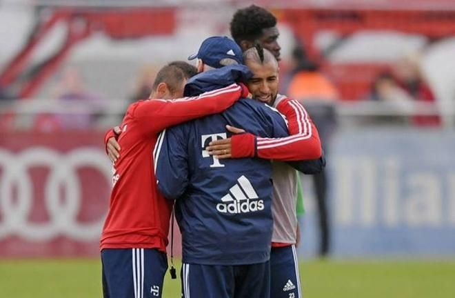 Sao Bayern om chat HLV Heynckes o buoi tap dau tien hinh anh